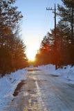 惊人的太阳在雪足迹早晨 免版税库存照片