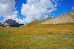 惊人的小山和奇妙蓝天与云彩 库存照片