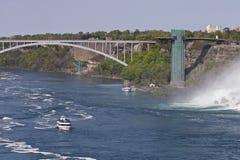 惊人的尼亚加拉瀑布的美丽的照片,一座桥梁和一艘船在美国支持 库存照片