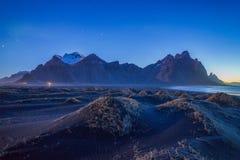 惊人的山在夜空下在冰岛 免版税库存图片