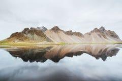 惊人的山在水中反射了在日落 Stoksnes,冰岛 库存图片