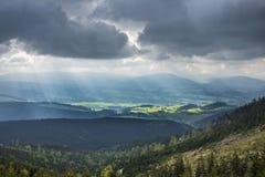 惊人的山环境美化与剧烈的云彩和太阳光芒 免版税库存图片