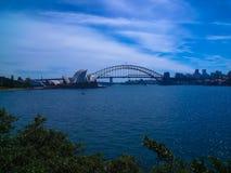 惊人的悉尼歌剧院和港口桥梁,悉尼,澳大利亚的看法 库存图片