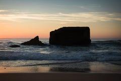 惊人的惊人的风景日落在大西洋海岸的蓝色橙黄天空背景中在温暖的法国10月, capbreton, 免版税库存照片
