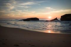 惊人的惊人的风景日落在大西洋海岸的蓝色橙黄天空背景中在温暖的法国10月, capbreton, 免版税图库摄影