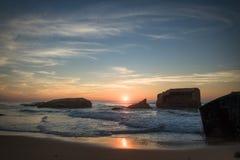 惊人的惊人的风景日落在大西洋海岸的蓝色橙黄天空背景中在温暖的法国10月, capbreton, 库存图片