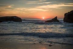 惊人的惊人的风景日落在大西洋海岸的蓝色橙黄天空背景中在温暖的法国10月, capbreton, 免版税库存图片