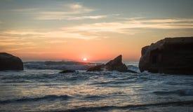 惊人的惊人的风景日落在大西洋海岸的蓝色橙黄天空背景中在温暖的法国10月, capbreton, 库存照片