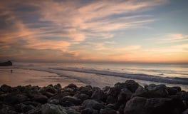 惊人的惊人的风景日落在大西洋海岸的蓝色橙黄天空背景中在温暖的法国10月, capbreton, 图库摄影