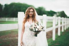 惊人的新娘画象有摆在与伟大的花束的长的头发的 库存图片