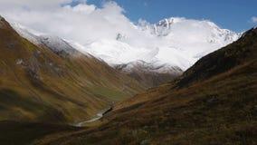 惊人的旅游地方Ushguli位于什哈拉山,其中一的脚个最高的白种人山顶,社区  股票视频
