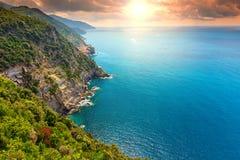 惊人的日出和陡峭的海岸线,五乡地,利古里亚,意大利,欧洲 免版税库存图片