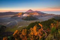 惊人的日出在布罗莫火山 免版税库存图片