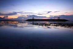 惊人的日出在萨努尔海滩,巴厘岛,印度尼西亚 免版税库存照片