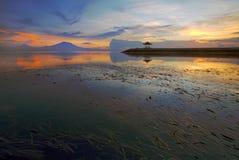 惊人的日出在萨努尔海滩,巴厘岛,印度尼西亚 免版税库存图片