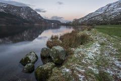 惊人的日出风景图象在冬天在锡的Llyn Cwellyn 免版税图库摄影