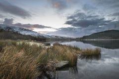 惊人的日出风景图象在冬天在锡的Llyn Cwellyn 免版税库存图片