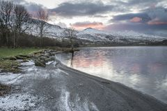 惊人的日出风景图象在冬天在锡的Llyn Cwellyn 免版税库存照片