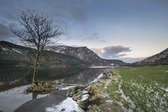 惊人的日出风景图象在冬天在锡的Llyn Cwellyn 库存图片