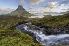 惊人的日出Kirkjufellsfoss瀑布上面与Kirkju的 库存照片