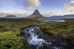 惊人的日出Kirkjufellsfoss瀑布上面与Kirkju的 免版税图库摄影