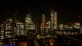 惊人的日落云彩在伦敦街市中心的天空飞行在美好的天到夜明亮的城市光4k时间间隔 股票视频