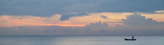 惊人的日落和传统亚洲小船全景在一个热带海岛上 免版税图库摄影