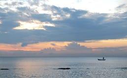 惊人的日落和传统亚洲小船在一个热带海岛上 图库摄影