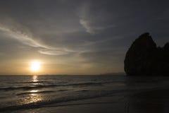 惊人的日落和峭壁在有的姚海滩, Trang,泰国 免版税库存图片