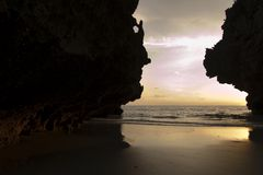 惊人的日落和峭壁在有的姚海滩, Trang,泰国 库存图片