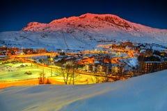 惊人的日落和滑雪胜地在法国阿尔卑斯,欧洲 免版税库存照片