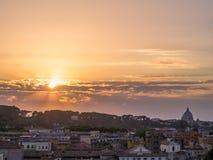 惊人的日落在罗马 免版税库存照片