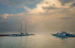 惊人的日落天空和视图在游艇小游艇船坞 库存照片