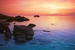 惊人的日落形式泰国海滩 酸值nang元 库存图片
