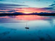 惊人的日落的天线与帆船海湾Creran, Barcaldine, Argyll的 免版税库存照片