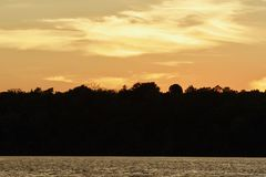 惊人的日落的美丽的照片在湖的 免版税库存照片