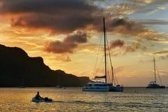 惊人的日落视图 在贝基亚岛海岛上的帆船在圣文森特和格林纳丁斯 库存照片