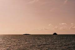 惊人的日落视图 在贝基亚岛海岛上的帆船在圣文森特和格林纳丁斯 库存图片