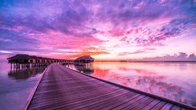 惊人的日落 在马尔代夫海滩的暮色颜色 免版税库存图片