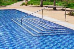 惊人的时髦的现代蓝色陶瓷砖游泳池入口 库存照片