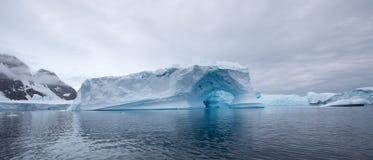 惊人的曲拱冰山 库存照片