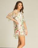 惊人的有花的妇女wearind白色礼服 免版税库存图片