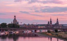 惊人的桃红色日落在德累斯顿 库存图片