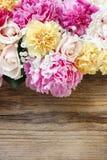 惊人的桃红色牡丹、黄色康乃馨和玫瑰 免版税库存照片