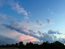 惊人的桃红色紫罗兰色天空 免版税库存照片