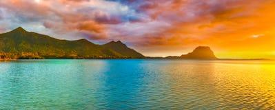 惊人的横向 日落的莫纳山 毛里求斯 Panora 免版税库存图片