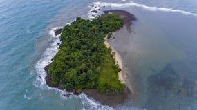 惊人的海岛在离酸值的附近张,泰国海岸  免版税库存图片