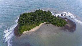 惊人的海岛在离酸值的附近张,泰国海岸  免版税库存照片