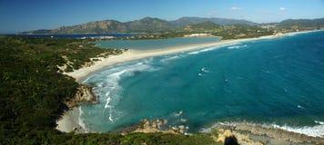 惊人的海滩横向villasimius 免版税库存照片