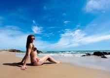 惊人的海滩秀丽沙子妇女 免版税库存图片